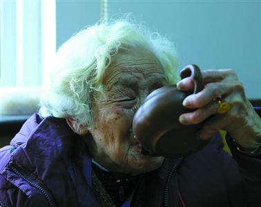 90岁的宁波阿婆手握一把紫砂壶,可以一刻不停地聊她的家谱和老上海的故事。