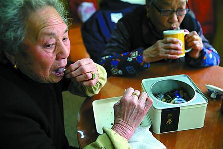 嗑瓜子、喝茶、聊天,这里的生活让老人们安心舒坦。