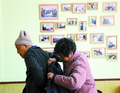 """82岁的凌伯伯与老爱人双双""""入住""""日托所。"""
