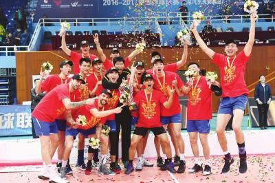 外界能看到上海男排夺冠后的光鲜,而这支冠军之师所经历的困难要比想象的更多。 新华社发