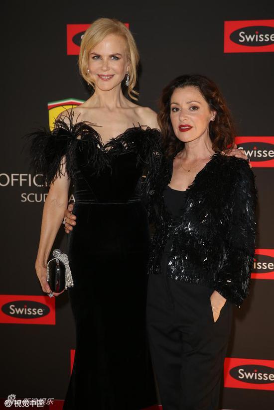 妮可·基德曼穿黑羽毛裙亮相活动 走红毯身高碾压女伴