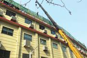 航拍捕捉隐形违法建筑,虹口一屋顶违法建筑被拆除。