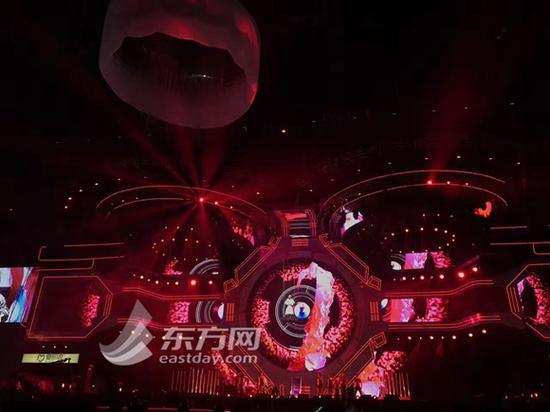 图片说明:东方风云榜音乐盛典突发电力故障,周笔畅在半空中演唱时音乐骤停。