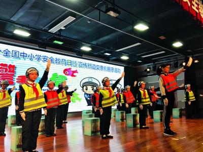 学生进行交通手势操表演。