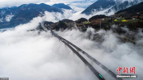 沪渝高速泗渡河大桥云山雾罩 宛如仙境
