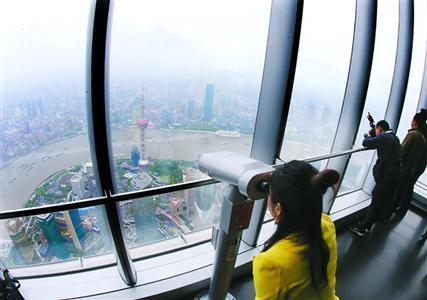 """游客在""""上海之巅""""观光厅俯瞰上海城市风貌。"""
