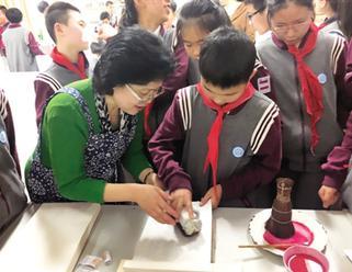 木版水印技艺带头人为学生们讲解技艺