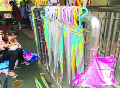共享雨伞即将在上海铺设,卖雨伞的小贩会否受到冲击呢?   /晨报记者 陈征