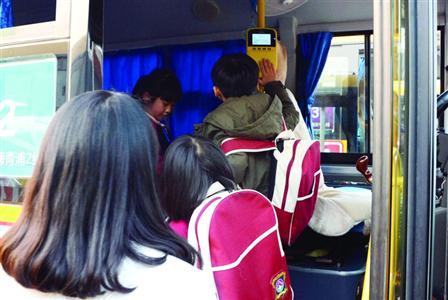 过着双城生活的小学生,每天一早就要坐着班车前往外地就读。 /晨报记者 殷立勤