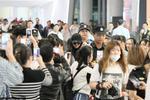 杨幂机场遇近百粉丝围堵 一路低头不语