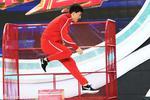 刘翔与师弟携手挑战110米栏 英姿不减当年