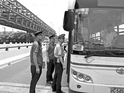 上海查处无证公交车 黑公交:有时刻表且站站停
