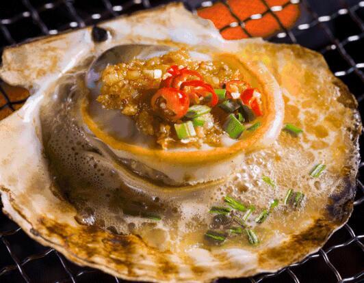碳烤生蚝,炒花蛤,辣卤鲍鱼,三文鱼刺身,烤鳗鱼,酱爆八爪鱼,椒盐虾婆