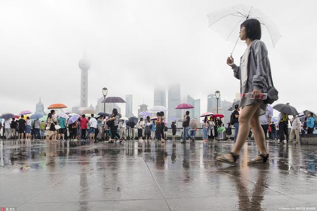 上海正式入梅 游客雨中打伞游外滩兴致不减