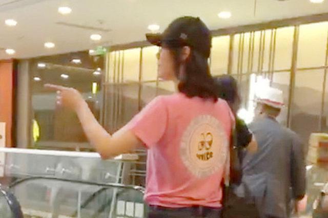 白百何穿休闲装逛上海商场 给助理指路