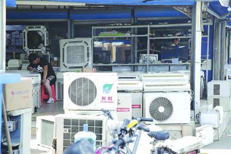 夏季一到,空调维修量再度激增。 /晨报记者 殷立勤