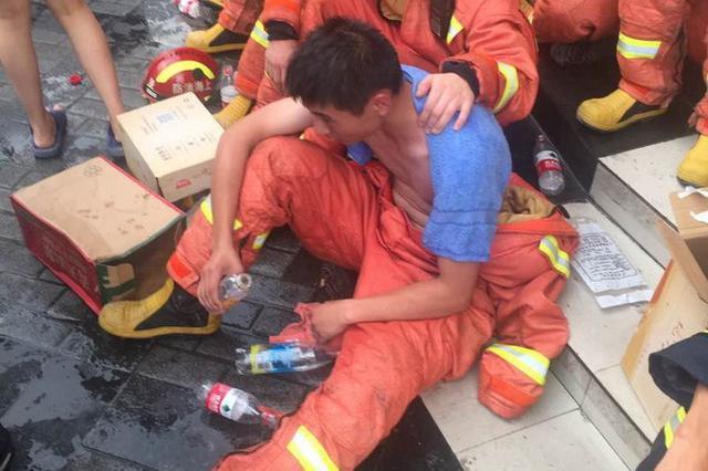 上海破40℃高温 倒楼救援消防员累到中暑