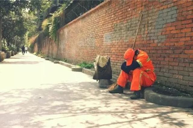高温下杨浦每天免费发88桶冰霜给环卫职工 坚持31年