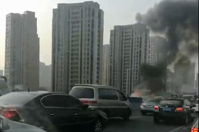 早高峰上海南北高架上3车相撞 一车起火无人员伤亡