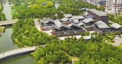 从空中俯瞰嘉定远香湖公园内的嘉定图书馆。本报记者赵立荣摄