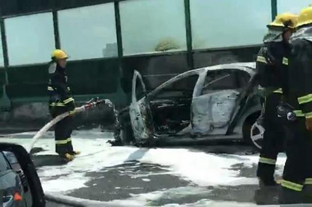 上海中环一轿车疑似自燃 车头位置燃起熊熊大火