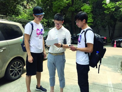 调研小组在小区发放讯问卷。受访者供图