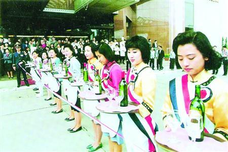 1988年,酒店开业庆典,门口礼仪人员都是经过了严格面试。   /读者供图