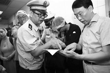人大代表和执法人员检查废弃油脂台账