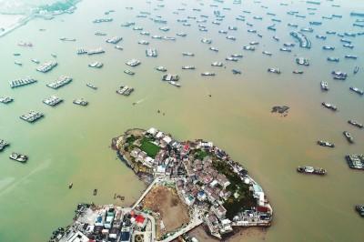 """13日,随着台风""""泰利""""逼近,浙江台州的渔船陆续回港避风"""