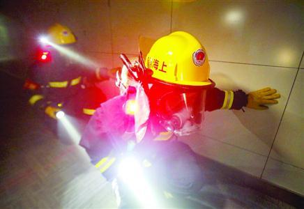 消防官兵在充烟区域搜救被困人员