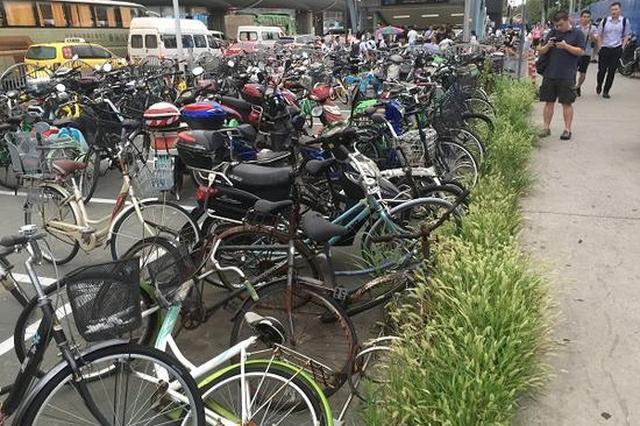 杨高中路地铁站外僵尸车占位 共享单车无处停放