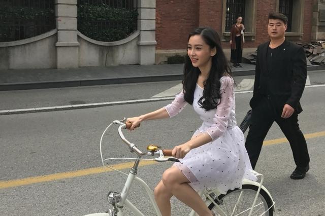 网友上海街头偶遇angelababy 骑单车白裙飘飘
