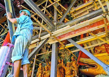 为了保证佛像在平移顶升中不损坏,施工人员对佛像进行了特殊的保护。