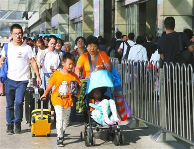 昨天,旅客在上海虹桥站排队进站乘车。当日是国庆长假最后一天,各地迎来返程客流高峰。 新华社记者 刘颖 摄