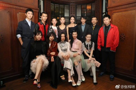 张梓琳在微博上发布了活动合照,众星云集
