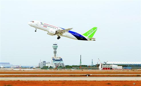 昨天上午,C919飞机从上海浦东机场起飞前往西安阎良。均本报记者 张海峰 摄