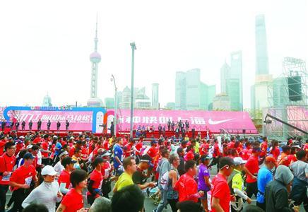 昨天,第22届上海国际马拉松赛在外滩金牛广场起跑。 本报记者 邵剑平 摄
