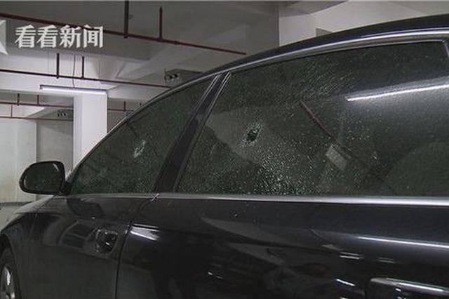 松江一小区奥迪车四扇窗玻璃齐被砸 监控故障难追责