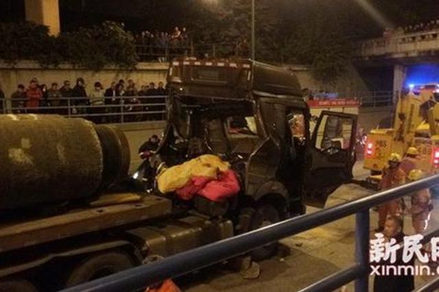 军工路一平板卡车被管状重物击穿驾驶室 司机身亡