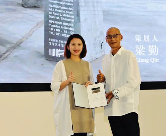 宝龙文化集团执行董事许华琳女士为艺术家申凡颁发证书