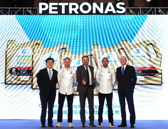 (从左至右:马石油润滑油中国区总经理王天杰,瓦尔特里·博塔斯,马石油润滑油首席商务官Giuseppe Pedretti,刘易斯·汉密尔顿,马石油润滑油首席技术官Eric G.Holthusen合影)