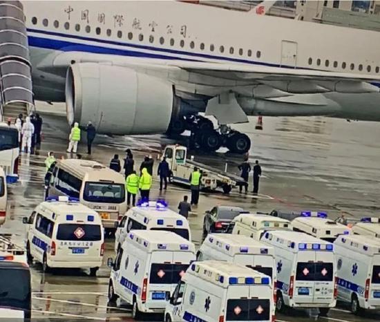 2020年3月13日,国航CA936抵达上海浦东机场,多辆救护车严阵以待。新民晚报微信公众号 图