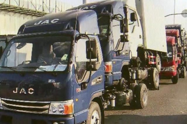 交警拦下奇怪货车 一辆货车有三个车头