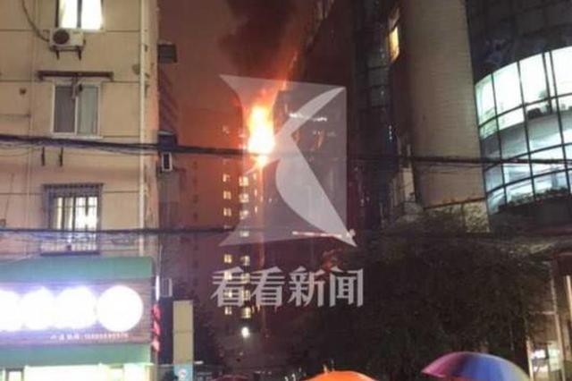 杨浦本溪路上一商户起火 明火不断从窗内喷涌而出