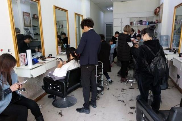 二月初二沪上市民排队理发 老牌理发店排2.5小时