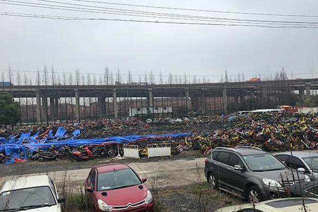 停车场起火大量共享单车被毁 或由废弃电瓶车自燃引起