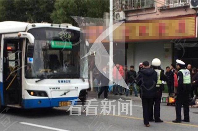 986路公交车撞飞斜穿马路摩托车 驾车男子不幸身亡