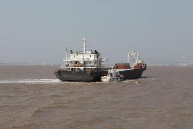 内河船非法参与海上运输 试图逃逸被海警截获