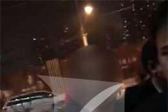 男子当街强吻女子 热心市民齐出手帮忙将其抓获