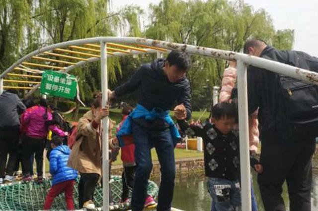 东方绿舟暗藏隐患 维修警示牌高悬游客依旧自由出入